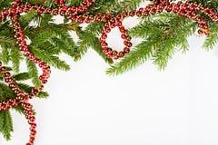 Julen inramniner med barrträd och den röda girlanden Royaltyfri Fotografi