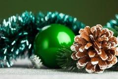 Julen klumpa ihop sig med gran-treen Arkivbilder