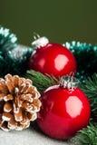 Julen klumpa ihop sig med gran-treen Royaltyfri Fotografi