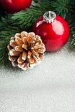 Julen klumpa ihop sig med gran-treen Arkivbild
