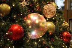Julen klumpa ihop sig på treen Royaltyfri Bild