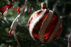 Julen klumpa ihop sig prydnaden arkivbilder