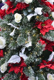 julen kopierar treen för avstånd för den stora prydnaden för garneringfokusguld den röda Arkivfoto