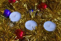 julen kopierar treen för avstånd för den stora prydnaden för garneringfokusguld den röda royaltyfria bilder
