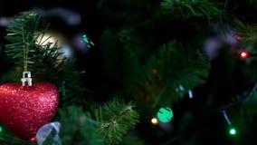 julen kopierar treen för avstånd för den stora prydnaden för garneringfokusguld den röda arkivfilmer