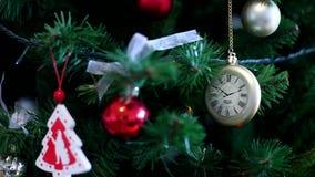 julen kopierar treen för avstånd för den stora prydnaden för garneringfokusguld den röda stock video