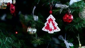 julen kopierar treen för avstånd för den stora prydnaden för garneringfokusguld den röda lager videofilmer