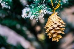 julen kopierar treen för avstånd för den stora prydnaden för garneringfokusguld den röda Royaltyfri Foto