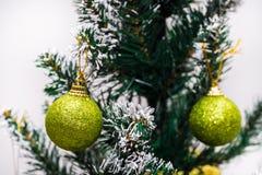 julen kopierar treen för avstånd för den stora prydnaden för garneringfokusguld den röda Royaltyfri Fotografi