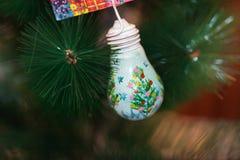 julen kopierar treen för avstånd för den stora prydnaden för garneringfokusguld den röda Arkivbild