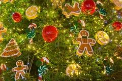 julen kopierar treen för avstånd för den stora prydnaden för garneringfokusguld den röda Arkivfoton