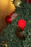 julen kopierar treen för avstånd för den stora prydnaden för garneringfokusguld den röda Fotografering för Bildbyråer