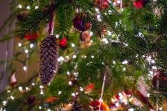 julen kopierar treen f?r avst?nd f?r den stora prydnaden f?r garneringfokusguld den r?da arkivbilder
