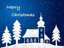 Julen kyrktar med snow på natten Arkivfoton