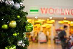 Julen på shoppingen centrerar royaltyfri foto