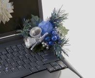 julen prydde bärbar dator ut Royaltyfri Fotografi