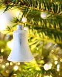 Julen sätta en klocka på royaltyfri bild