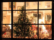 julen shoppar fönstret Arkivfoton