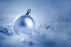 Julen silver baublen på pälssnow och is Royaltyfri Foto