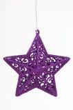 julen smyckar den purpura stjärnan Arkivfoto