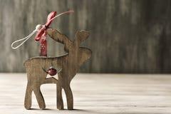 julen smyckar lantligt trä Arkivbilder