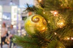 Julen smyckar på jultree Arkivfoto