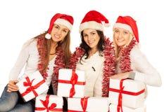julen som fäster gåvaflickor ihop, isolerade banan Royaltyfri Bild