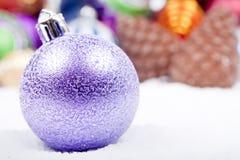 julen stänger upp den lila prydnaden Royaltyfri Fotografi