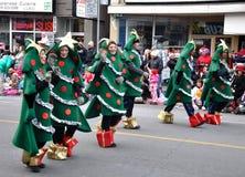 julen ståtar den santa treen Arkivbilder