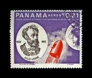 Jules Verne, sławny nauka pisarz i czerwieni kapsuły rakietowy kłoszenie w kierunku księżyc, zdjęcia royalty free