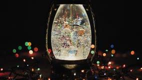 Julexponeringsglaslykta och en girland med ljus arkivfilmer