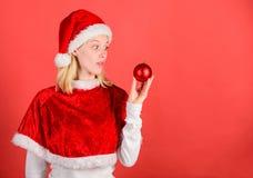 Julförberedelsebegrepp Favorit- tidårsjul rolig jul Klädersanta för flickan firar den lyckliga dräkten arkivbilder