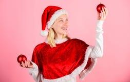 Julförberedelsebegrepp Lets har gyckel Favorit- tidårsjul Klädersanta för flickan firar den lyckliga dräkten fotografering för bildbyråer