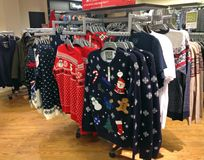 Julförkläden eller tröjor på försäljning Arkivbilder