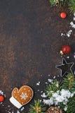 Julförsäljningsbegrepp med den pepparkakakakan och godisen royaltyfri fotografi