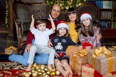 Julfamilj av fem personer, lyckliga föräldrar och deras ungar Arkivfoto