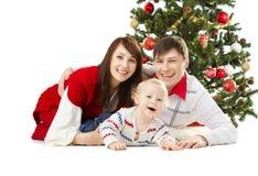 Julfamilj av tre personer och grantree Arkivbilder