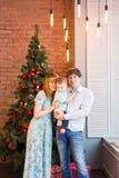 Julfamilj med barnet Lyckliga le föräldrar och barn hemma som firar nytt år jul min version för portföljtreevektor Royaltyfri Bild