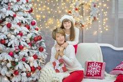 Julfamilj som tillsammans nästan cellebrating trädet för xmas för dotter och för moder för nytt år för ferie det vita med snö och Royaltyfria Bilder