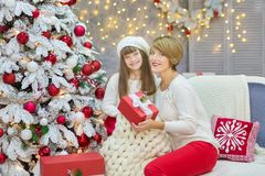 Julfamilj som tillsammans nästan cellebrating trädet för xmas för dotter och för moder för nytt år för ferie det vita med snö och Royaltyfri Foto