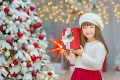Julfamilj som tillsammans nästan cellebrating trädet för xmas för dotter och för moder för nytt år för ferie det vita med snö och Royaltyfria Foton