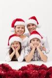 Julfamilj tillsammans Fotografering för Bildbyråer