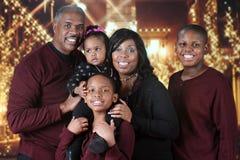 Julfamilj utanför en galleria fotografering för bildbyråer