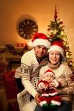 Julfamiljen med behandla som ett barn Royaltyfri Fotografi