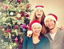 Julfamiljstående arkivfoto