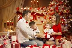 Julfamiljstående, dekorerat Xmas-träd, lyckliga barn arkivbild