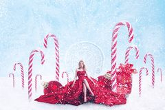 Julfantasistående av den unga kvinnan med gåvaaskar royaltyfria foton