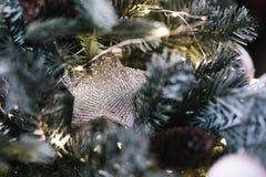Julferie som blinkar abstrakt bakgrund med det dekorerade julträdet Arkivfoton