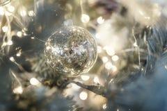 Julferie som blinkar abstrakt bakgrund med det dekorerade julträdet Royaltyfri Foto