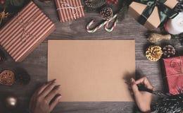 Julferie som hälsar pappersdesignmodellen med garnering royaltyfria foton